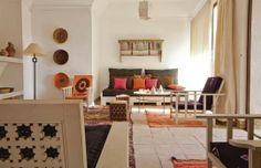 Orange living room / salon orange   More photos http://petitlien.fr/coeurdelamedina