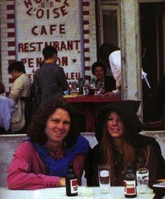 Na ultima foto de Jim Morrison, frontman do The Doors, ele posa com sua namorada Pamela Courson em frente ao Hôtel de l'Oise, em Saint-Leu-d'Esserent, França. O fotógrafo e amigo Alain Ronay tirou algumas fotos íntimas do casal enquanto eles jantavam. Morrison foi para França para se concentrar em sua escrita, mas morreu no dia morreu em 3 de Julho de 1971, na banheira do seu apartamento em Paris.