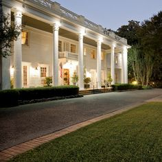 Thank you for opening your inn for vets. You are the best! Southern Hospitality at Fairview Inn in Jackson, Mississippi. Romantic Escapes, Romantic Getaway, Great Places, Places To Go, Cozy Inn, Palmer House, Jackson Mississippi, Fairfield Inn, Bon Voyage