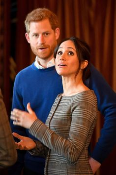 Prince Harry Photos - Prince Harry and Meghan Markle admire the interior of the banqueting hall during a visit to Cardiff Castle on January 2018 in Cardiff, Wales. - Prince Harry And Meghan Markle Visit Cardiff Castle Prince Harry Today, Prince Harry Et Meghan, Meghan Markle Prince Harry, Princess Meghan, Harry And Meghan, Prince Henry, Prince Charles, Estilo Meghan Markle, Meghan Markle Stil