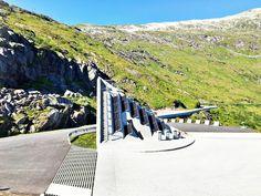 I et land med høye fjell, dype daler og fantastisk natur er der utallige utkikkspunkt å oppdage. Det nye og vel tilrettelagte utkikkspunktet, Utsikten, som ligger på toppen av Gaularfjellet er intet unntak. Dette er ett av de stedene du vil angre på at du ikke stoppet for å ta inn den fantastiske utsikten. Bli med til Utsikten - et fantastisk nytt utkikkspunkt på Gaularfjellet Norway, Travel Tips, Voyage, Travel Advice, Travel Hacks