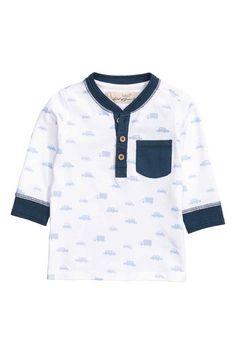 Henleyshirt: Een henleyshirt van tricot met een knoopsluiting bovenaan, een smalle geribde halsboord, een borstzak en een brede ribboord onder aan de mouwen. ------- 7.99€