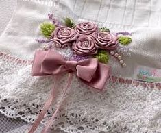 Resultado de imagem para toalhas de banho bordadas com fitas de cetim Silk Ribbon Embroidery, Hand Embroidery, Cortinas Shabby Chic, Satin Flowers, Ribbon Work, Beaded Lace, Needlework, Elsa, Bows