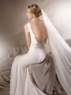 La Sposa 2017 - Hong Kong - A figure-hugging wedding dress with seductive back embellished with dazzling gemstones.