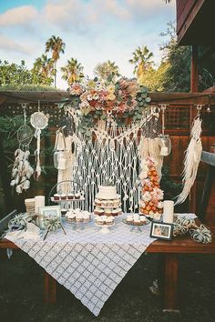 El macramé le dará a tu boda un estilo boho chic que necesita. Transfórmala p… Macrame will give your wedding a boho chic style you need. Transform it completely and add macramé in your wall ornaments, on your table runners or as tablecloths. Boho Baby Shower, Bridal Shower Props, Bodas Boho Chic, Deco Buffet, Bohemian Baby, Bohemian Theme, Boho Decor, White Bohemian, Boho Wedding Decorations
