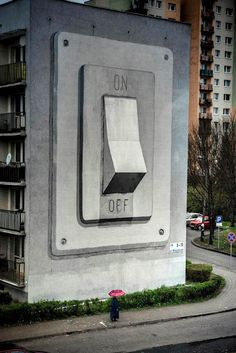 """Le Street Artist Espagnol Escif récemment peint cet interrupteur géant """"On/Off"""" sur le mur aveugle d'un bâtiment de Pologne pour le Festival de Street Art de Katowice."""