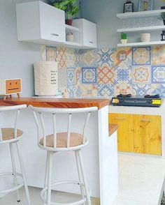 Красивая плитка фартук в кухне Desain Dapur Minimalis Dengan Model Keramik Dinding Dapur Yang Lagi Ngetren Home Interior, Kitchen Interior, Kitchen Decor, Interior Design, Kitchen Sets, Kitchen Layout, New Kitchen, Kitchen Pantry, Küchen Design
