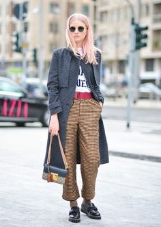 Tracking the Top Street Style at Milan Fashion Week Milan Fashion Week Fall 2016 Street Style: See All the Best Outfits Street Style Vintage, Top Street Style, Milan Fashion Week Street Style, Milano Fashion Week, Autumn Street Style, Street Chic, Hipster Grunge, Grunge Look, Hipster Tops