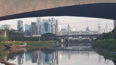 Vista sob a ponte Cidade Jardim. Aos fundos, Usina da Traição, junto a Ponte dos Bandeirantes.