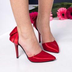 Pantofi stiletto rosii din satin. Inaltimea tocului este de 10,5 cm Pumps, Heels, Satin, Club, Fashion, Heel, Moda, Fashion Styles, Pumps Heels