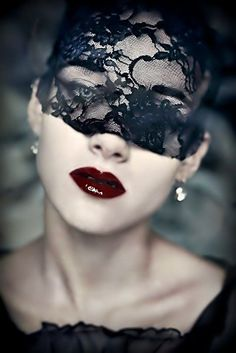 Masquerade ♥ Red lips & black lace