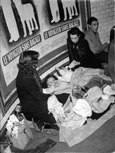 Robert Doisneau - 1942 - Déjà des gens installés à même le sol dans les couloirs du métro parisien... - « Le Voyageur sans bagage » est un film français réalisé par Jean Anouilh, sorti en 1944, d'après sa pièce éponyme créée en 1937 : https://fr.wikipedia.org/wiki/Le_Voyageur_sans_bagage_%28film%29