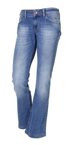 Laura - Der CROSS Jeans® Bestseller mit perfektem Sitz durch Stretchanteil für jede Figur. Der schmale Sitz am Oberschenkel und die Bootcutform sorgen optisch für super lange Beine. Die perfekt positionierten Gesäßtaschen machen einen sexy Po. Authentische Waschungen in edlen Blautönen auf hochwertigstem, softem Denim. Neue feminine Cross Details wie z.B. schmales hochwertiges Leder-Logo Patch ...