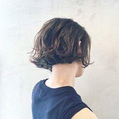 HAIR(ヘアー)はスタイリスト・モデルが発信するヘアスタイルを中心に、トレンド情報が集まるサイトです。10万枚以上のヘアスナップから髪型・ヘアアレンジをチェックしたり、ファッション・メイク・ネイル・恋愛の最新まとめが見つかります。 Short Bangs, Short Wavy Hair, Middle Hair, Permed Hairstyles, Everyday Hairstyles, How To Make Hair, Gorgeous Hair, Hair Inspo, Poses