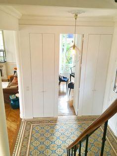 Entrée avec carreaux de ciment d'origine Croissy Sur Seine, Beautiful Homes, Mirror, Rugs, Furniture, Home Decor, Cement, Tile, House Of Beauty