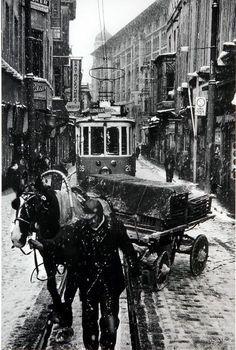 İstanbul'un Hafızası: Ara Güler.1956 Sirkeci'de bir kış gününde atlı araba ve tramvay