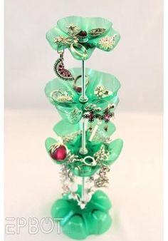 Aprenda a fazer um lindo porta bijuterias feito com garrafas de plástico. - Veja mais em: http://www.vilamulher.com.br/artesanato/passo-a-passo/porta-bijuterias-com-garrafas-de-plastico-17-1-7886495-127.html?pinterest-destaque