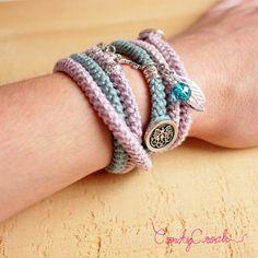 Bracelet en coton bleu vert et argent, Bracelet textile au crochet, Bijou bohème, Bracelet gypsy bleu canard, Bracelet en laine à breloques - Par CandyCroch'