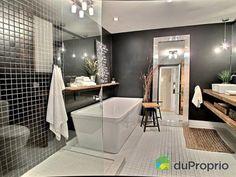 Le noir dans une salle de bain ? Pourquoi pas ! L'effet est réussi dans ce condo de Montréal.