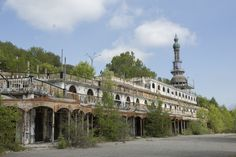 Consonno, la ghost town della Brianza Ghost Towns, Mansions, House Styles, Italia, Places, Die Cutting, Manor Houses, Villas, Mansion