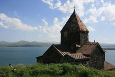 Monastero sul Lago Sevan. Image from globemy.com