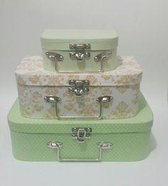 Conjunto de 3 maletas forradas com tecido 100% algodão. Várias estampas, consulte nossas opções.  Fecho e alça em metal.    Tamanhos:  Grande: 30x20x9cm  Média: 25x15x9cm  Mini: 15x11x6cm