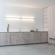 Minimalistische Küche in Seekiefer: moderne Küche von DER RAUM Bathtub, Interior, Kitchens, Home, Closet, Pictures, Contemporary Kitchens, Minimalistic Kitchen, Kitchen Wood