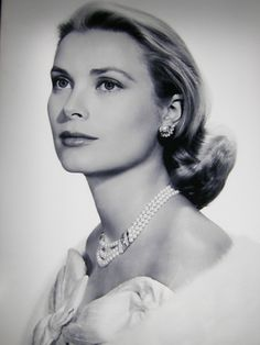 Rainier gave Grace a Van Cleef & Arpels pearl jewellery set for their engagement in 1955.