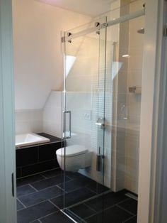 Voorbeeld kleine badkamer met douche, ligbad en wc