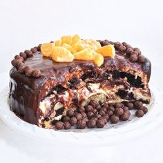 Торт для Марины Ким и её мамы в самый женский из всех дней!  Шоколадный бисквит на густом свежевыжатом свёкольном соке  очень воздушный и насыщенный! Для тех кто любит шоколад в шоколаде под шоколадом со вкусом шоколада. В начинке жареные бананы карамельная мякоть свежего кокоса в кокосовых сливках ароматнейшая клубника мой фирменный домашний маскарпоне горячая глазурь из самого настоящего горького шоколада пропитывающая собой весь торт свежий мандарин и хрустящие шоколадные шарики. Масса…