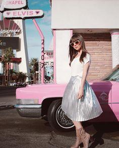 A @audiovisualfashion tá cheia de looks metalizados babadeira, tipo essa saia linda da foto 😍❤️ A marca tem e-commerce tanto pra lojistas (link no perfil que indiquei) quanto pra garoutzas físicas (link no @audiovisualshop)✨#GivaNaCalifórnia