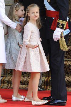 Los 10 años de la Princesa de Asturias en 10 imágenes - Foto 8 Uno de los días más importantes para la princesa Leonor fue el 19 de junio de 2014. Su padre se convertía en Felipe VI y ella, al ser su primogénita, en la XXXVI Princesa de Asturias, Heredera de la Corona, además de Princesa de Gerona y de Viana, Duquesa de Montblanc, Condesa de Cervera y Señora de Balaguer, según la tradición de la monarquía española