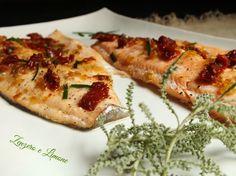 Questi filetti di trota salmonata alla mediterranea sono un secondo piatto appetitoso, nutriente, economico e facilissimo da preparare oltre che veloce.