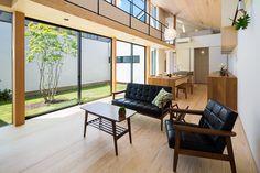 専門家:Takuya Hasegawaが手掛けた、中庭を望める勾配天井のLDK(空を囲む家)の詳細ページ。新築戸建、リフォーム、リノベーションの事例多数、SUVACO(スバコ)