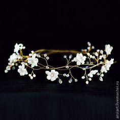 Свадебный венок для волос. Украшение для невесты белое с золотом.. Свадебный венок для волос. Украшение для невесты белое с золотом.  Свадебный венок на голову. Белые (слоновая кость) шелковые цветы с натуральным жемчугом и кристаллами. Состоит из 3 сплетенных веточек. 2200