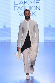 Indo-Western wear simply means the fusion of Indian and western wear. Read on to know about how to style indo-western outfits to style it like a pro. Mens Indian Wear, Indian Groom Wear, Indian Men Fashion, Mens Fashion Blog, Royal Fashion, Men's Fashion, Fashion Dresses, Yomi Casual, Mens Traditional Wear