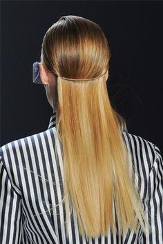 Formas de Reinventar tu pelo  CON GANCHO  Lleva todo el pelo hacia atrás y plánchalo bien para conseguir la textura extra lisa. Después, engánchalo por detrás de las orejas con la goma, de forma que quede un semirrecogido.