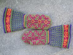"Mittens ""Smart"", someone finally adding long cuffs! Don't they experience ""Real"" winters where mittens are not just for show? L"