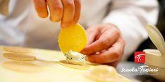 """Corso """"Le paste fresche artigianali"""" 29 sett – 1 ott  Tre giorni per esercitarvi con i migliori ingredienti, in postazioni di lavoro individuali e tecnologicamente avanzate, sotto l'attenta supervisione di docenti professionisti. Scopri di più! >> http://www.scuolatessieri.it/?course_category&course_type&s=fresche&post_type=course #pasta #pastafresca #ricettedipasta #pastafattaincasa #corsodicucina"""
