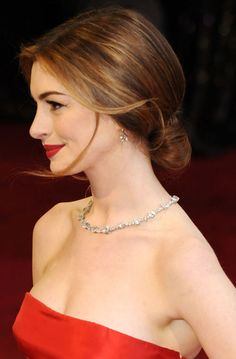 Anne-Hathaway low chignon for Nicki Oscar Hairstyles, Trending Hairstyles, Latest Hairstyles, Wedding Hair And Makeup, Bridal Hair, Hair Makeup, Hair Wedding, Makeup Tips, Makeup Products