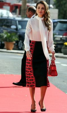 Is this the ultimate royal spring fashion staple? Kate Middleton, Meghan Markle and more in pussy bow blouses - Photo 7 Royal Fashion, Fashion Photo, Queen Rania, Pencil Skirt Outfits, Leather Midi Skirt, Cool Outfits, Fashion Outfits, Yellow Pants, Printed Maxi Skirts