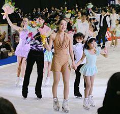 名古屋フィギュアスケートフェスティバルのグランドフィナーレで歓声に応える(手前から左奥に)浅田真央、羽生結弦、鈴木明子ら=3日、愛知・日本ガイシアリーナ 【時事通信社】