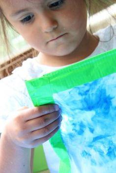 Las bolsitas sensoriales son una manera muy divertida para que los niños exploren el mundo sin necesidad de hacer reguero. Estas bolsas contienen objetos escondidos, texturas sorprendentes incluso colores brillantes que harán que los niños se interesen en un juego que despertará su curiosidad. El juego sensorial tiene grandes beneficios en el desarrollo de lo niños, desarrolla la creatividad y el juego imaginativo que les permite encontrar una nueva forma de expresión, también les…