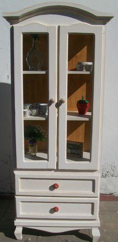 vitrina estilo provenzal con cristales y herrajes de ceramica. color natural .