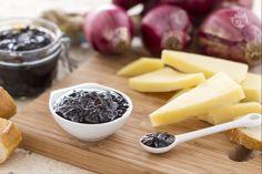 La composta di cipolle di Tropea al balsamico a base di cipolle rosse di Tropea, aceto balsamico e miele è semplice da preparare e molto gustosa.