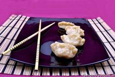 """Ravioli cinesi al vapore - I ravioli al vapore (in cinese """"jiaozi"""") sono dei fagottini di pasta farciti con carne, pesce o verdure, o tutte e tre le cose insieme. Quando andavo al ristorante cinese, anni fa, erano uno degli antipasti che prendevo sempre e mi chiedevo sempre come si preparassero. Come al solito piu' facile a farsi che a [...]"""