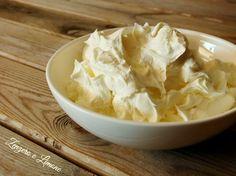 La crema panna e yogurt è una golosissima e delicata crema dolce ideale per farcire torte, pan di spagna e bigné. Una ricetta semplicissima