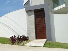 Portão social da Casa da Brisa, uma casa design localizada em Rio das Ostras-RJ. É um portão maciço de maçaranduba, com puxador em inox polido . O paisagismo fica por conta do abacaxi roxo e clorofitos de sol.  Esta casa está à venda.Site da casa: www.casadabrisa.wix.com/casadabrisa. #casa #design #casadabrisa #riodasostras #proprietiesinbrazil #portão