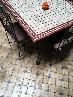 Vierkante Marrokkaanse mozaïek tafel in Marrakech.