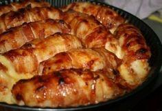 Куриные рулетики с копченым сыром -  Ингредиенты:  — куриная грудка — бекон (тонкие полоски) — копченый сыр Для соуса: — гвоздика — 2 шт. — перец горошком — 6-7 шт. — кетчуп — 2 ст.л. — соевый соус — 4 ст.л.